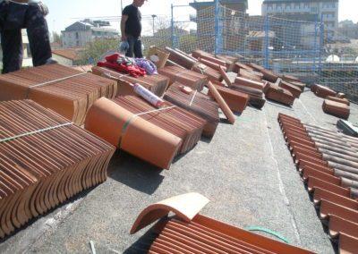 posa di tegole in cotto su tetti