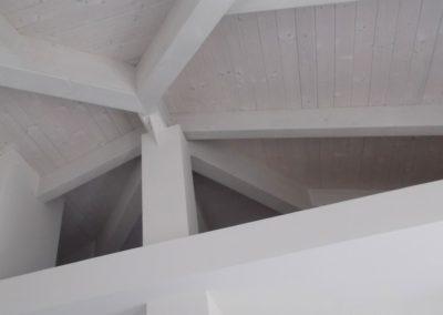 realizzazione di verniciatura soffitti e travi in legno